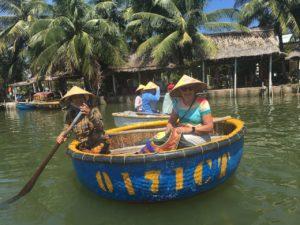 Gepke in een bamboe bootje